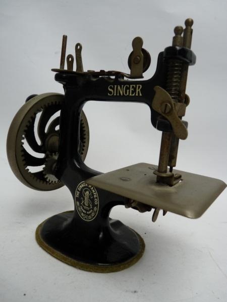 Machine a coudre jouet enfant singer u s a couture poup e for Machine a coudre jouet